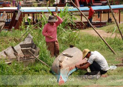 Réparation de barque Tonlé Sap au Cambodge - voyage