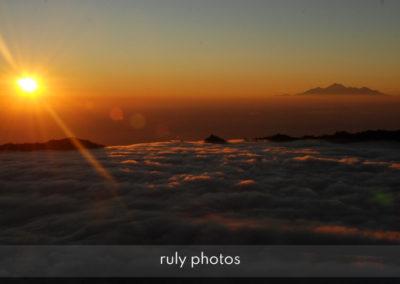 Levé de soleil au mont Merapi en Indonésie - voyage