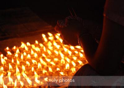 Prieres au Swayambhunath Stupa à Katmandou - voyage