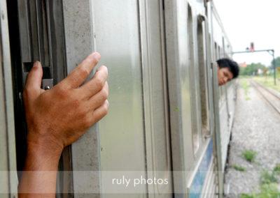 2 hommes dans un train au laos - voyage