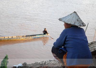 Femme et bateau à paske au Laos - voyage