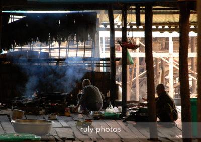 Moine préparant à manger tonle sap cambodge